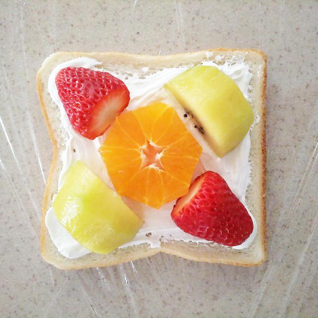 パンにフルーツを並べる