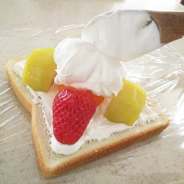 フルーツをクリームで隠す