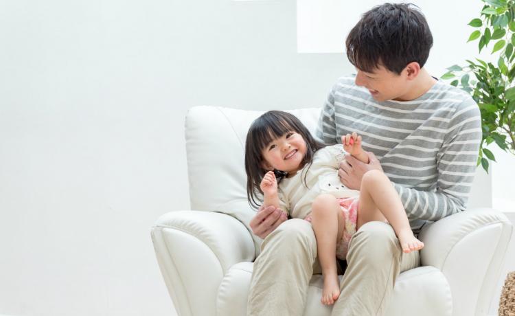 幼い娘と遊ぶ、イケメンな育メンパパ