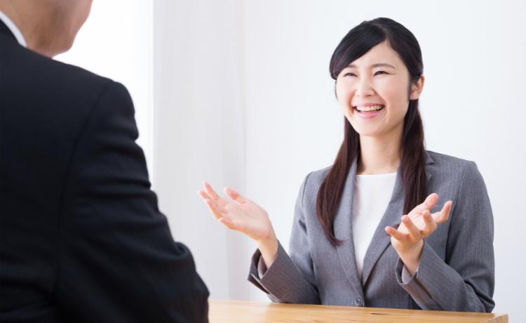 転職活動で面接を受ける女性