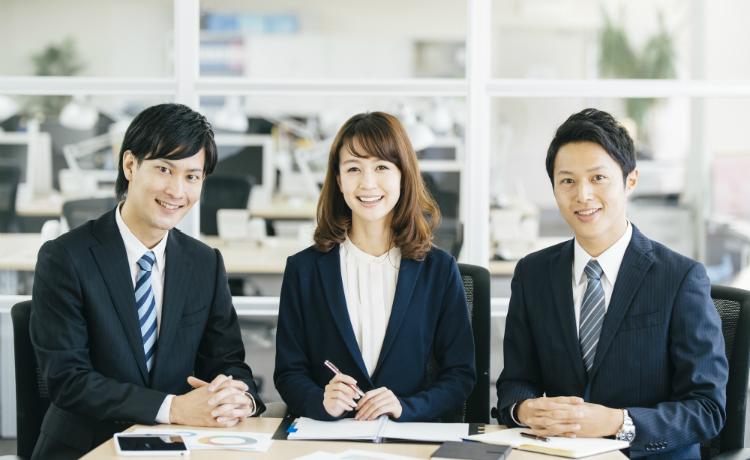 企業に勤める会社員(男性2人と女性1人)