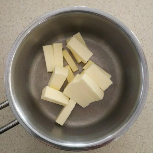 厚めのお鍋にバターをいれる