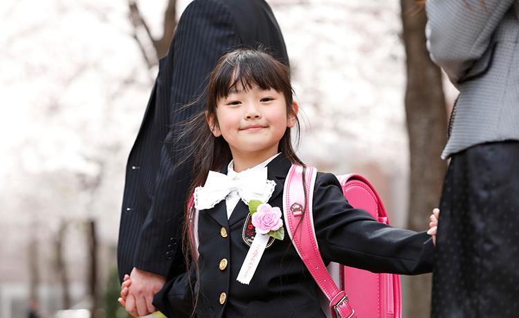 入学式を迎える親子のイメージ