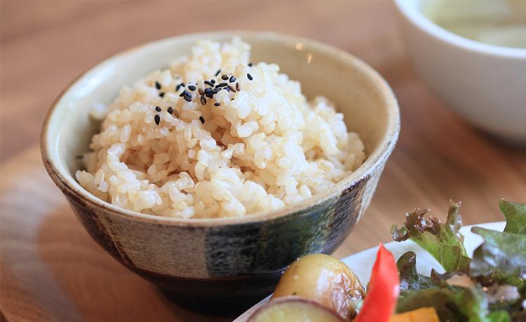 美味しく炊きあがった玄米のイメージ写真