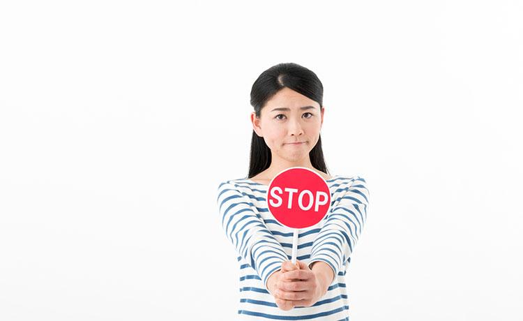 働くことに躊躇する主婦にストップをかける女性のイメージ画像